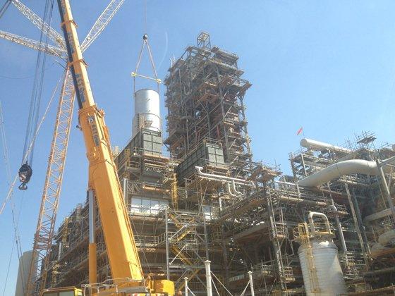 사우디아라비아 서부 얀부(Yanbu) 산업단지 내 대림산업 EPC-3·4 시공현장에서 철탑을 세우는 공사가 한창이다. / 사진 = 이재윤 기자