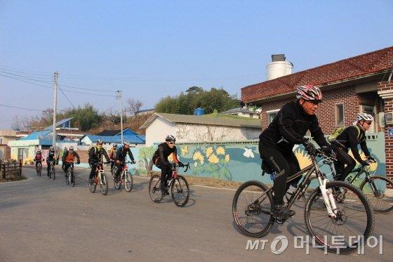 유등마을 지나는 참가자들/사진=박정웅 기자