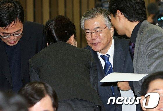 [사진]의원들과 인사하는 문재인