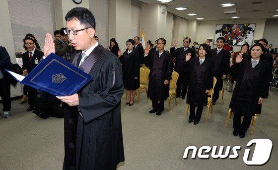 [사진]선서하는 신임 법관들