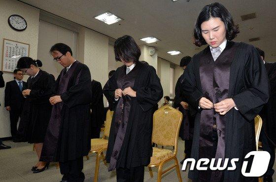 [사진]법복 입는 신임 법관들