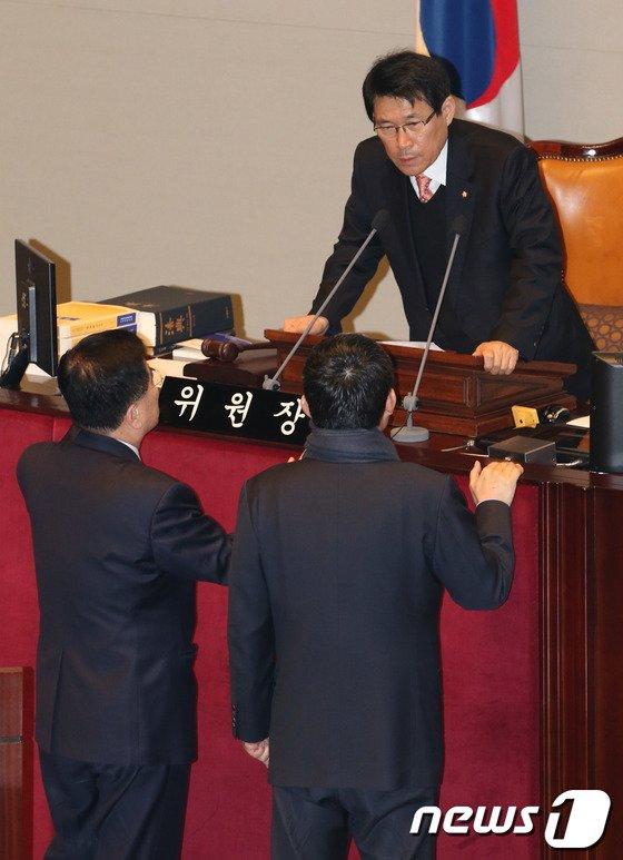 [사진]여야 간사와 논의하는 예결위원장