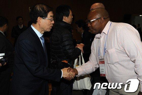 [사진]참석자들과 인사 나누는 박원순 시장