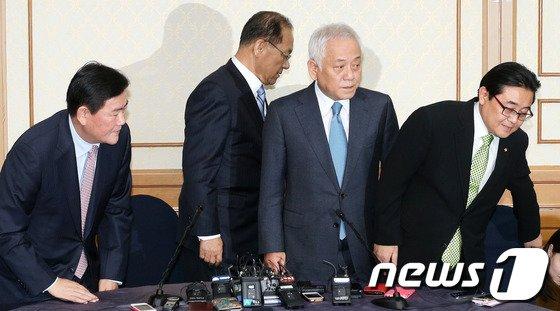 [사진]회담장 이동하는 여야 지도부
