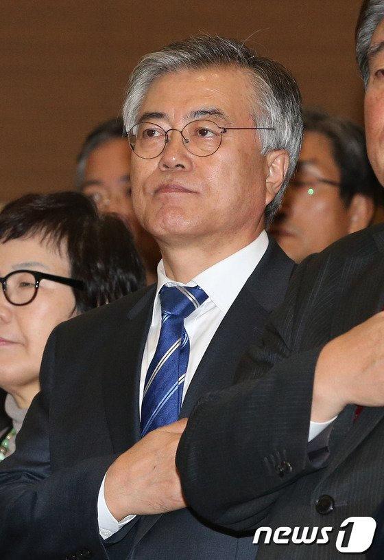 문재인 민주당 의원이 2일 오후 서울 여의도 국회 의원회관에서 열린 홍의락 의원 출판기념회에서 국민의례를 하고 있다. © News1   송원영 기자