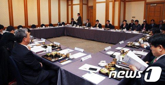 [사진]예산안 설명듣은 민주당 예결위원들