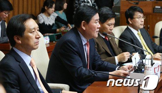 """[사진]최경환 """"문재인, 정치적 금도 넘어 서"""""""