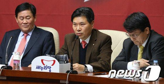 [사진]발언하는 홍문종 사무총장