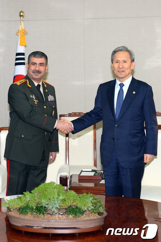 [사진]손잡은 한-아제르바이잔 국방장관