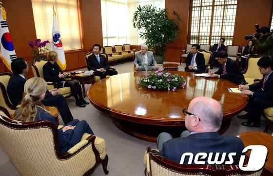 [사진]윤병세 장관, 호주 머독위원회 접견