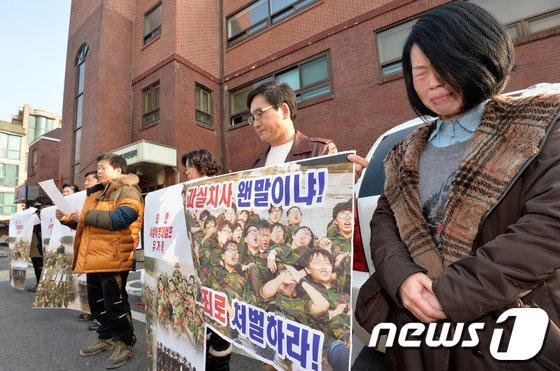 [사진]눈물 흘리며 기자회견 갖는 유가족