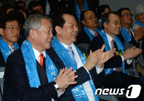 [사진]박수치는 서남수-안양옥