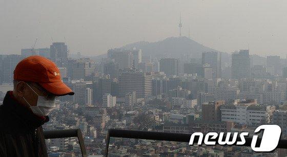 [사진]중국발 스모그에 연무까지, 잿빛 도심