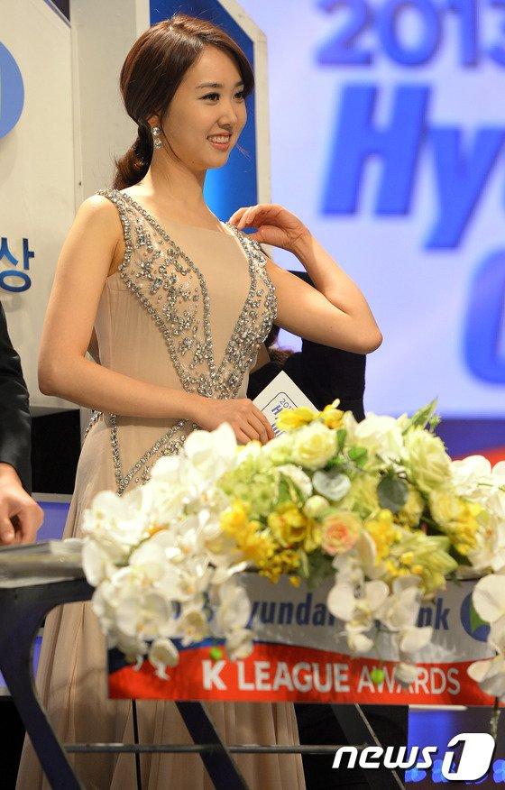 [사진]김민지 아나 '오늘 의상 어때요?'