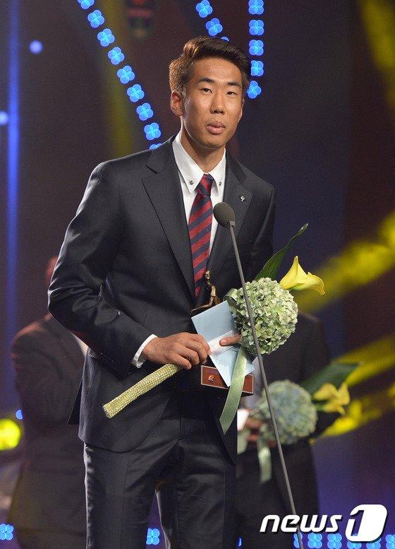 [사진]베스트 11 수비수 부문상 수상한 포항 김원일
