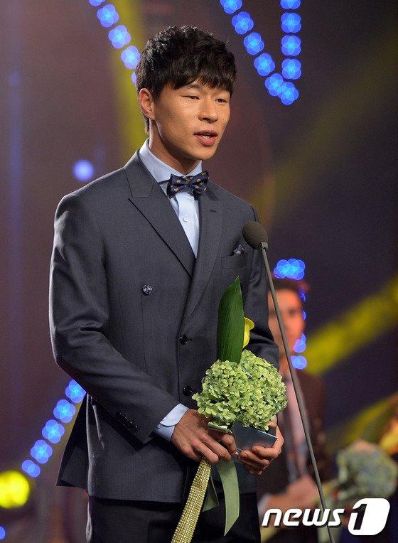 [사진]베스트 11 수비수 부문상 수상한 울산 김치곤