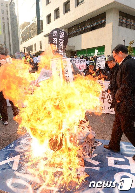 [사진]어버이연합, 문재인 의원 규탄 화형식