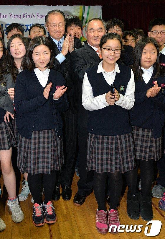 [사진]학생들과 기념촬영하는 김용 총재
