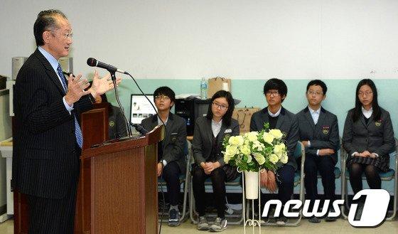 [사진]학생들 만나는 김용 총재