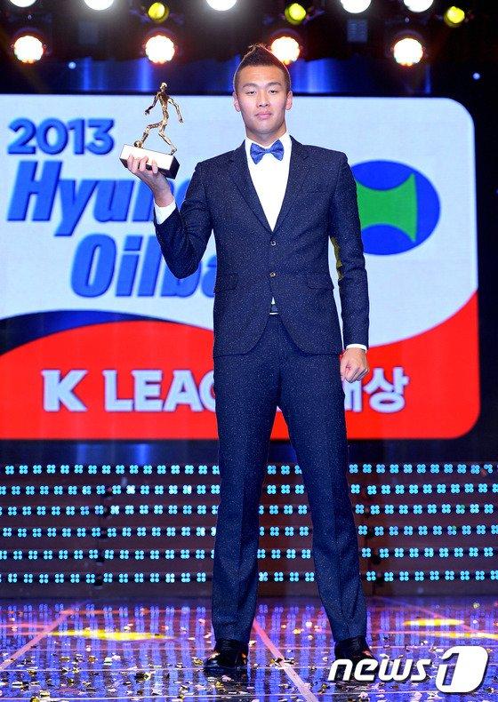[사진]김신욱 MVP 트로피 '번쩍'