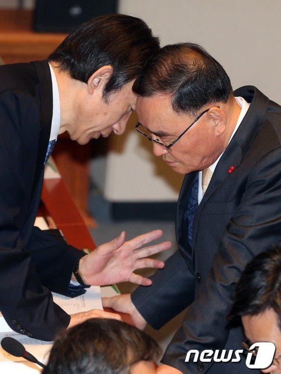 [사진]총리-외교장관 '방공식별구역 논의'