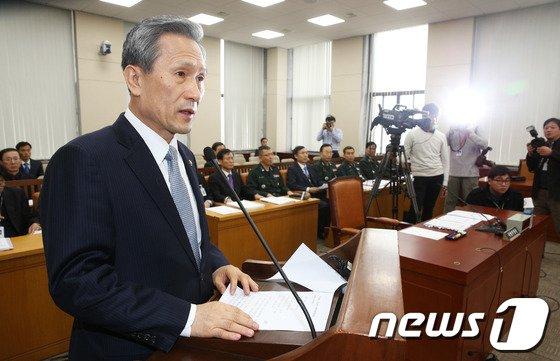 [사진]현안보고하는 김관진 국방장관