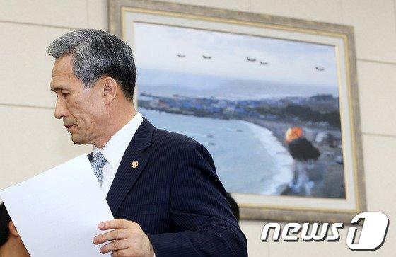 [사진]김관진 국방장관, 군 대비태세 보고