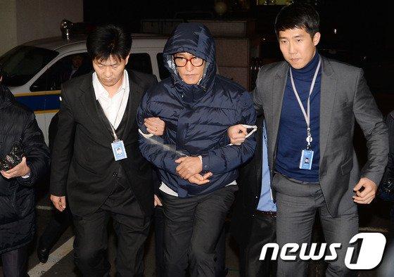 필리핀에서 체포돼 송환된 조양은이 지난달 29일 오전 서울 마포구 경찰광역수사대에 들어서고 있다../뉴스1 © News1 박철중 기자