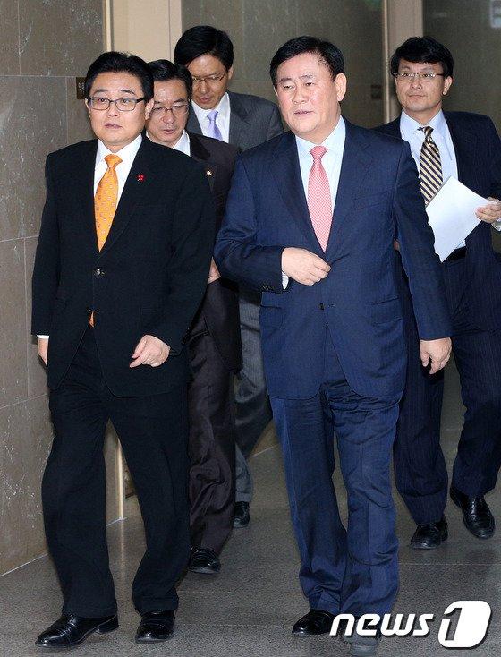 [사진]나란히 걷는 최경환-전병헌