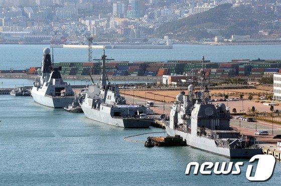 우리 해군 이지스함인 율곡이이함(7600t급, 가운데)과 미국 이지스 순양함 사일로함(9800t급, 오른쪽), 영국 최신예 구축함 다링함(8000t급, 왼쪽)이 5일 오전 해군작전사령부 부산기지에 입항했다. © News1 전혜원 기자