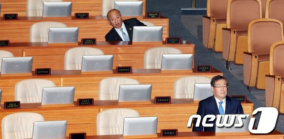 [사진]국회 본회의 참석한 황찬현-문형표