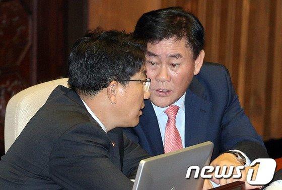 [사진]최경환-권성동 '국정원특위 대화'