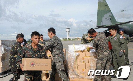 지난달 20일 태풍 '하이옌'으로 막대한 피해를 입은 필리핀을 지원하기 위한 물자가 공군 수송기에 실리고 있다.(공군 제공) © News1