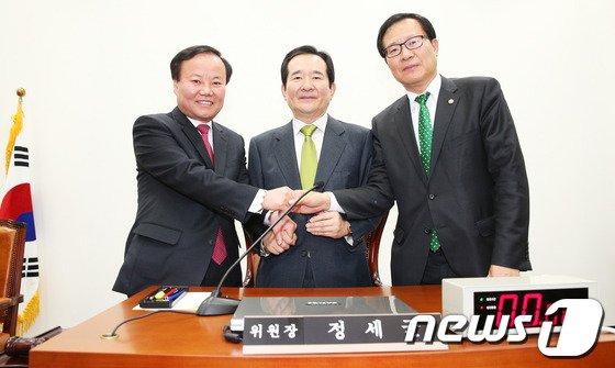 [사진]손 잡은 국정원개혁특위 여야 간사
