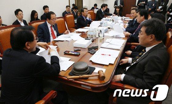 [사진]외통위 '예결산 바쁘다 바뻐'