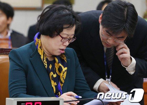 [사진]분주한 윤진숙 장관