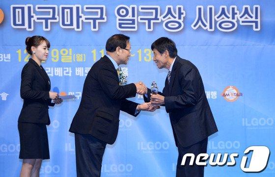 [사진]박찬호 일구대상, 아버지 박제근 씨 대리 수상