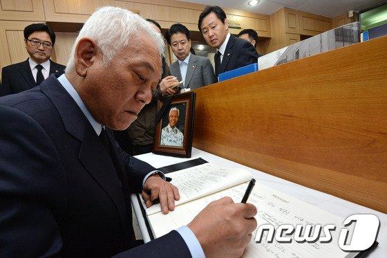 [사진]넬슨 만델라 대통령 조문하는 김한길 대표