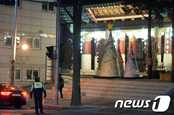 경찰이 25일 서울 종로구 견지동 대한불교조계종 조계사 진입로를 오가는 차량을 상대로 검문활동을 벌이고 있다. © News1 정회성 기자