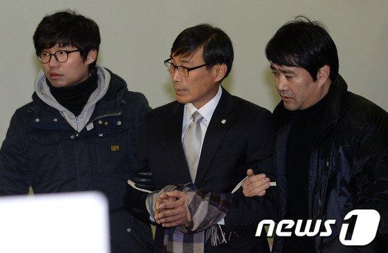 [사진]법정 들어서는 김정훈 위원장