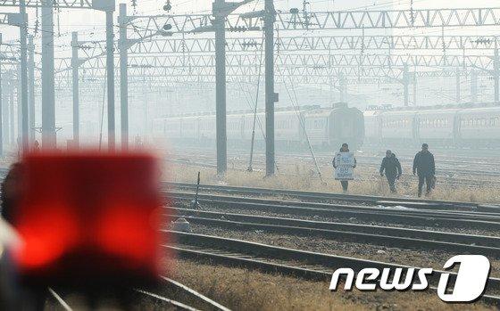 [사진]'철도파업 장기화 선로위의 노조원들'