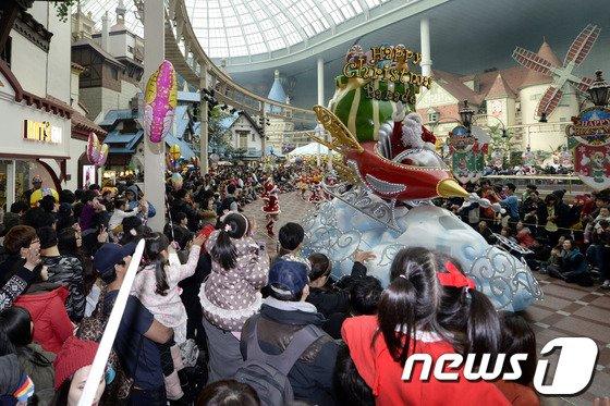 [사진]'크리스마스, 놀이동산에 몰린 인파'