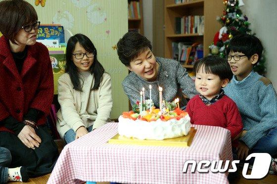 [사진]朴 대통령 '어린이들과 함께 성탄 축하합니다'