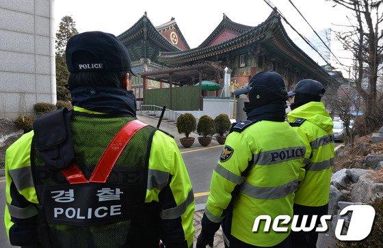 경찰이 25일 오후 박태만 철도노조 수석부위원장이 은신 중인 서울 종로구 조계사 주위를 순찰하고 있다. © News1 박세연 기자