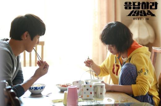 tvN 드라마 '응답하라 1994'에서 라면을 먹는 칠봉이와 나정이/ 사진=tvN 홈페이지