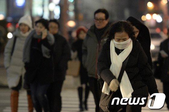 서울 합정역 부근에서 시민들이 추위를 피해 발걸음을 재촉하고 있다. /뉴스1 © News1 민경석 기자