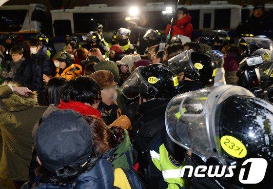 [사진]몸싸움 벌이는 시위대와 경찰