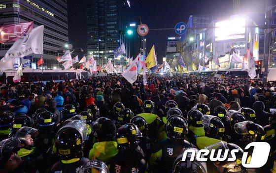 28일 오후 서울 광화문네거리에서 경찰들이 민주노총 총파업 집회를 마친 시위대를 막고 있다. 2013.12.28/뉴스1 © News1 박지혜 기자