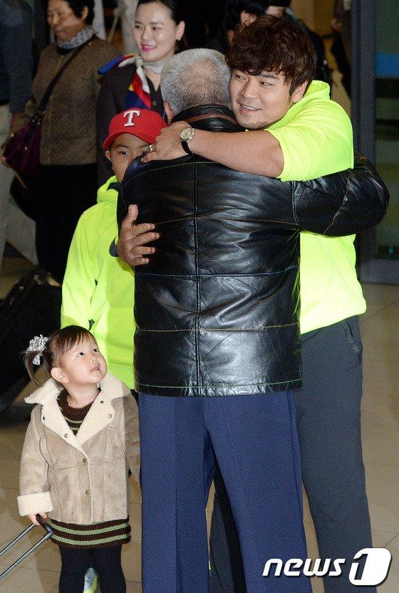[사진]금의환향 추신수 '아버지와 뜨거운 포옹'