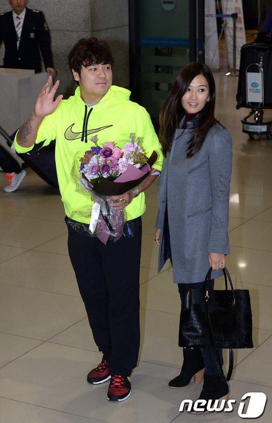 [사진]추신수 '미모의 부인 하원미씨와 함께 귀국인사'